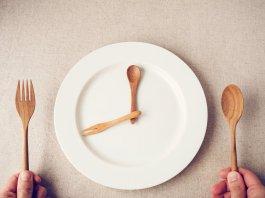 Zegar na talerzu symbolizujący regularne posiłki.